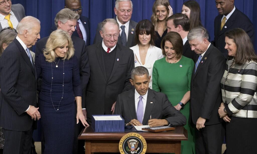 SKAL UTFORDRE KREFT: Obama signerer her vedtakspakken på 50 milliarder kroner som rettes spesielt inn mot kreftforskning. Pakken kommer til gjennom samarbeid på tvers av partilinjene og har fått navnet «CURES». Pakken er trolig det siste store vedtaket Obama får æren av å signere mens han er president Foto: EPA/MICHAEL REYNOLDS