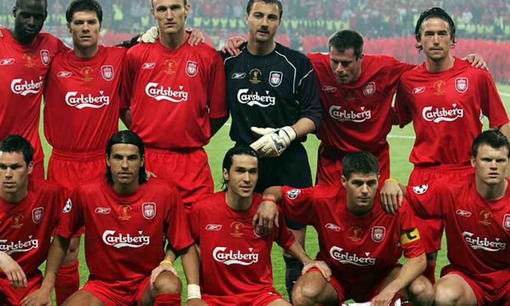 TUNG HEMMELIGHET: Her sitter Steve Finnan foran til venstre på lagbildet av Liverpool-laget som møtte Milan i Champions League-finalen 25. mai. Trolig kjente lagkameratene til Finnans ulykke og det tragiske utfallet. Foto: EPA/Scanpix