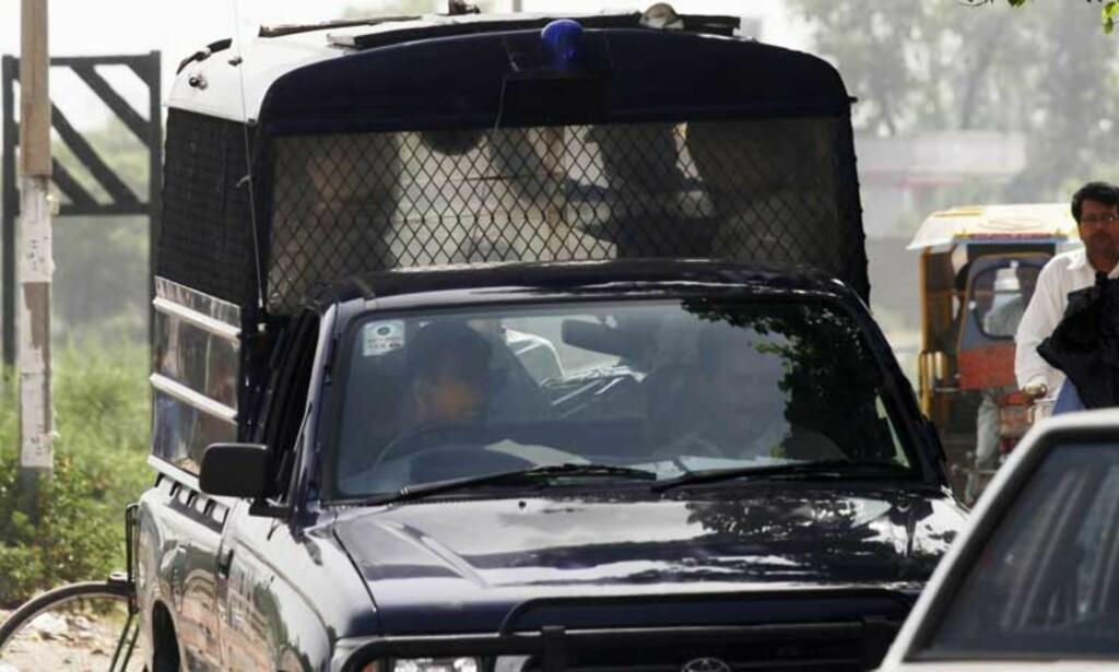 HOLDES: De tre fangene holdes i arresten. Her fraktes de til fengslingsmøtet i forrige uke i en politibil. FOTO: SVEINUNG UDDU YSTAD