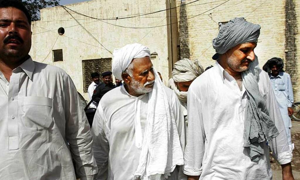 FENGSLET FLERE GANGER: Rahilas sjåfør, bestefar og far ble fengslet nok en gang i dag. Bildet er tatt etter fengslingsmøtet 13. juni. Foto: SVEINUNG UDDU YSTAD