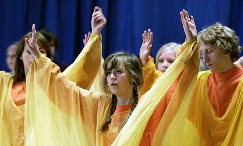 SOMMERAVSLUTNING: Steinerskolen beskyldes for å være en sekterisk menighet av lærere ved skolen. Her viser elever fra Steinerskolen i Stavanger sin avslutningsforestilling i bevegelseskunsten eurytmi. Foto: Erling Hægeland