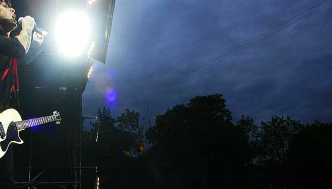 <strong><b>SHOWMANN:</strong></b> Green Days vokalist og gitarist, Billie Joe Armstrong. Foto: FRANK KARLSEN