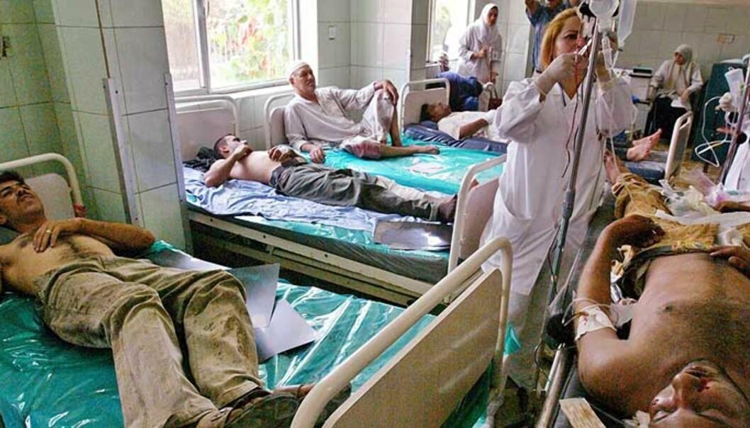<strong><b>FLERE TITALLS SKADDE:</strong></b> Irakere ligger skadd på et sykehus i Bagdad. Tre selvmordsangrep i dag. Foto: Scanpix