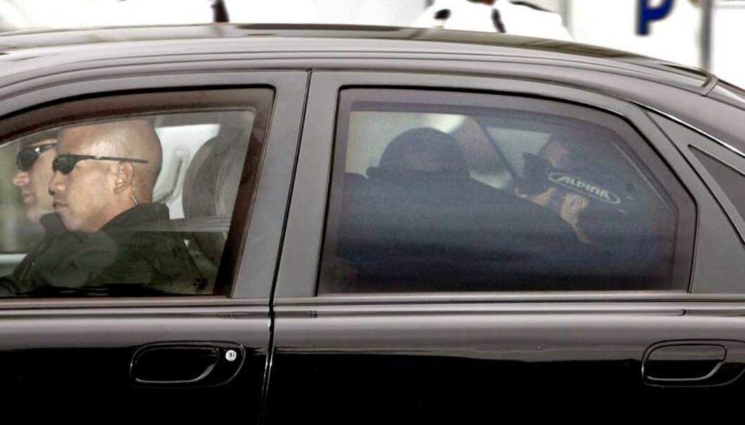 <strong><B>STRENGT VOKTET:</strong></b> Bouyeri ankommer retten i skuddsikker bil. Foto: SCANPIX/EPA