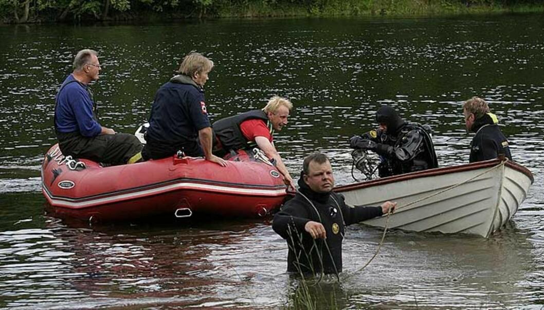 <strong><b>TIL LAND:</strong></B> Her haler dykkemannskaper fra Drammen Brannvesen inn båten til den savnede mannen. FOTO: Rolf Svendsen
