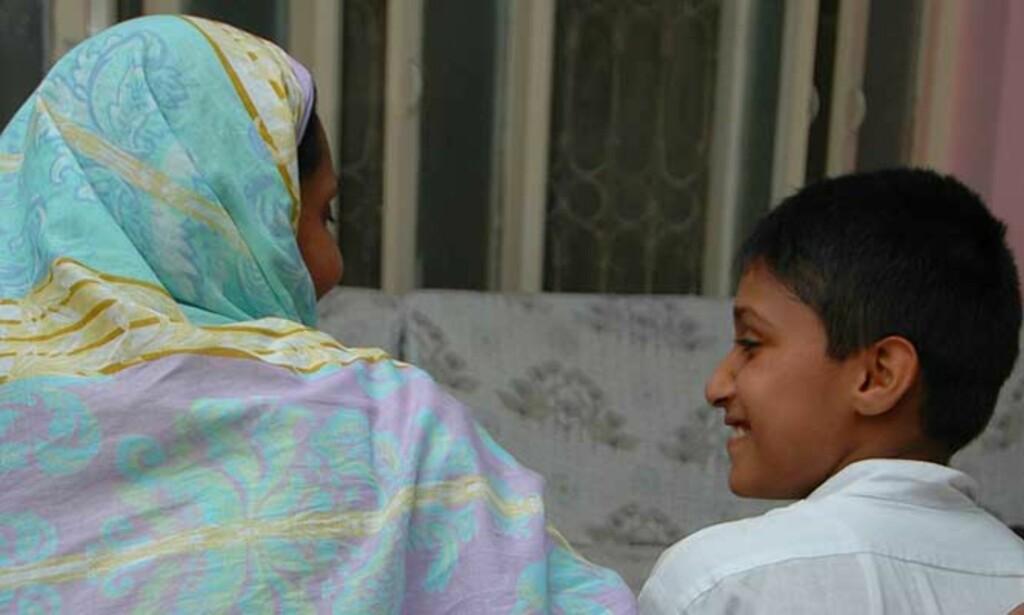 MOR OG SØNN: Her sitter Moren til Rahila og koser med yngstesønnen Ali. Hun ville ikke bli tatt bildet av. Foto: YAMA WOLASMAL