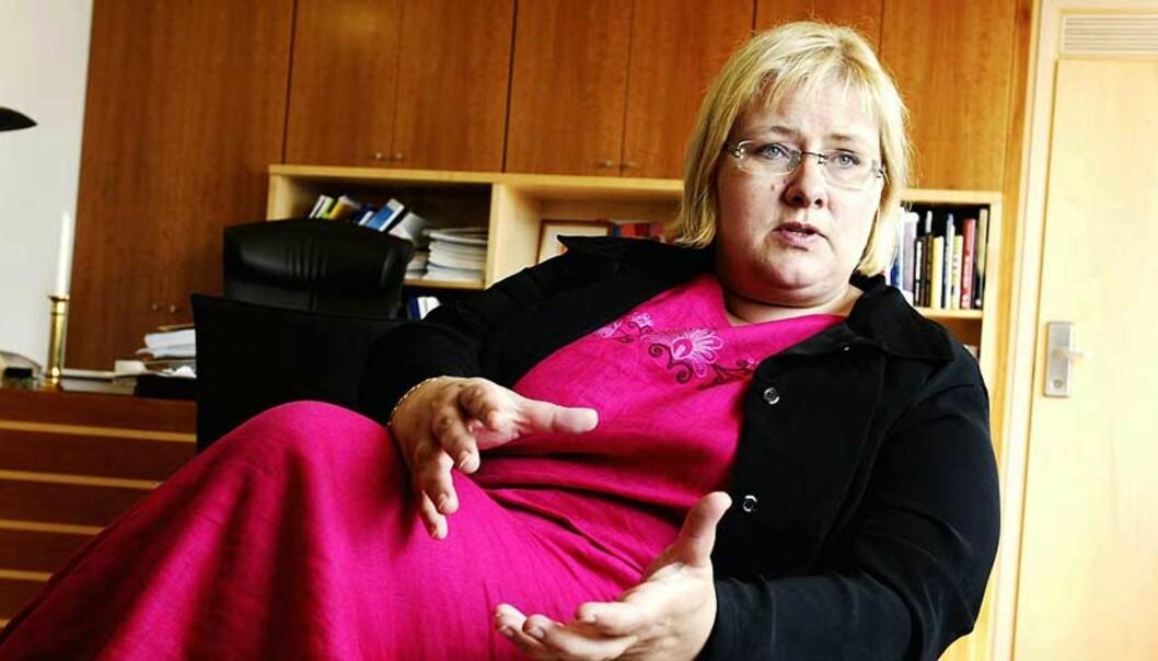 <strong><b>UHØYTIDELIG:</strong></B> Departementet hadde på forhånd godkjent at det ble vitset om utseendet til kommunalminister Erna Solberg. Foto: SCANPIX
