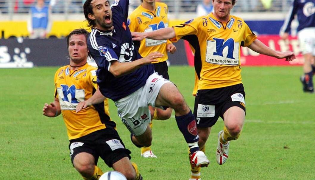 <strong><b>TETT OG VÅTT I STAVANGER:</strong></b> Kristofer Hæstad (t.v) i duell med Vikings Peter Kopteff. Foto: Scanpix