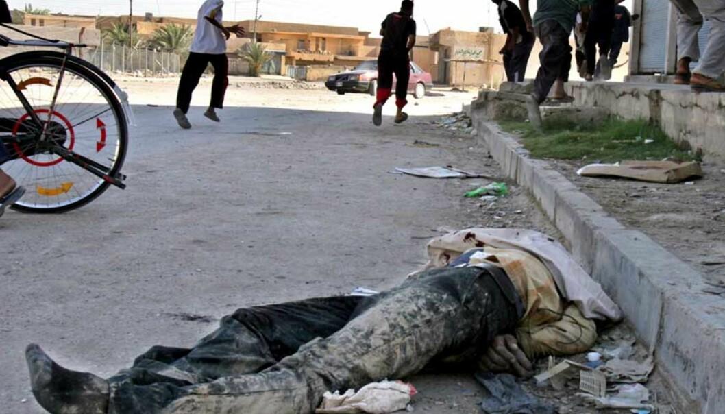 <strong><b> SKUTT OG DUMPET:</strong> </b>Det brøt ut full panikk da liket av politimannen Fras Hameed ble dumpet på gata av uidentifiserte gjerningsmenn i byen Ramadi 11 mil vest for Bagdad i går. Lovløsheten herjer praktisk talt over alt i de sunni-arabiske områdene i Irak. Foto: Bilal Hussein/Ap