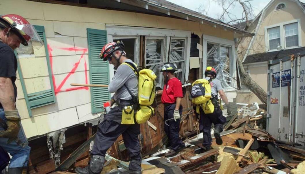 <strong><b> MARKERER:</strong> </b> Brannmannen fra Florida markerer huset, slik at det skal bli grundig gjennomsøkt. Foto: Finn Foens, Expressen