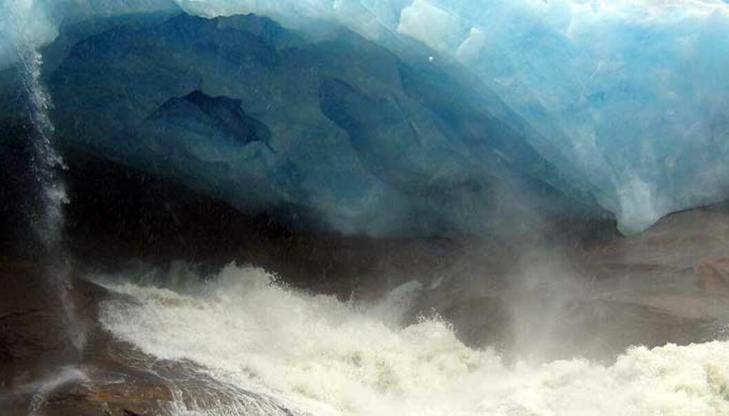 <b>GROV TUNNELL:</b> 40 milliarder liter vann presset seg gjennom den tjukke Blåmannsisen. Alle foto: Hans Martin Hjemås
