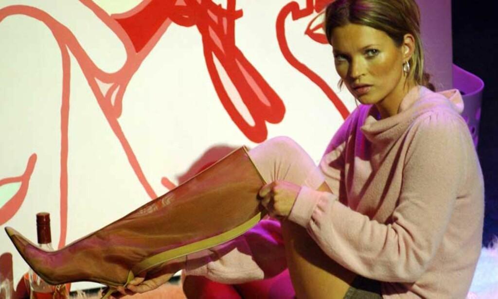 TATT PÅ FERSKEN: For to år siden bedyret supermodellen Kate Moss (31) at hun var ferdig med narkotika. Nå er hun snikfilmet mens hun sniffer kokain. Foto: SCANPIX