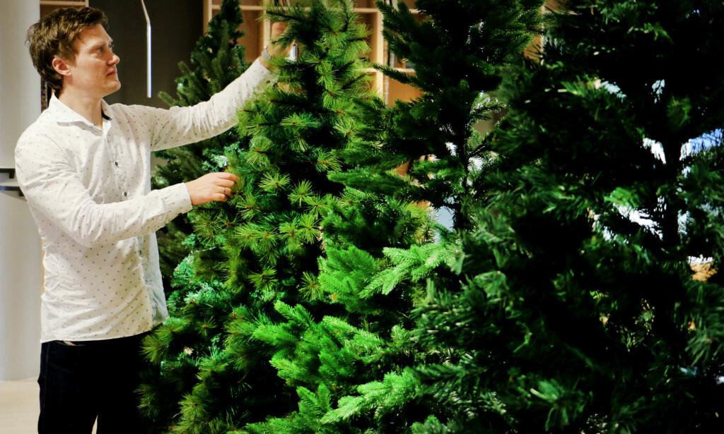 FALSK JULEHYGGE: Dinsides redaktør Andreas Heen Carlsen tar et kritisk blikk på årets juletre i plast. Foto: Ole Petter Baugerød Stokke