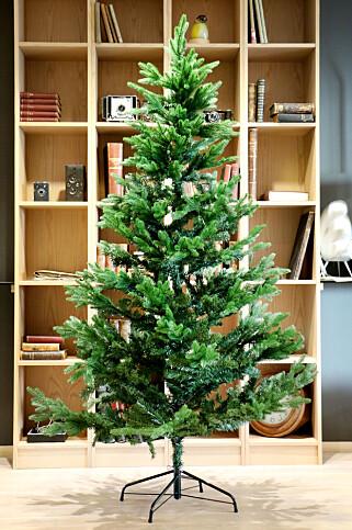 MISTENKELIG LIKT: Biltemas juletre ser ut til å være en gran-variant av Clas Ohlson-treet. Foto: Ole Petter Baugerød Stokke
