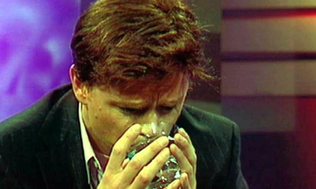 ETTERLIGNER HAREIDE: Harald Eias Knut Arild Hareide har store problemer med å få i seg et glass iskaldt vann. Foto: NRK