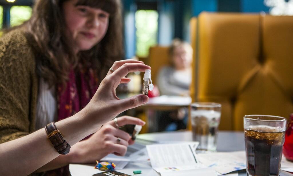 TESTER DOPET: Studenter Newcastle university tester renheten til narkotiske stoffer. Testutstyret ble distribuert av Students for Sensible Drug Policy (SSDP), og kan brukes på blant annet kokain, LSD, ketamin og ecstasy.