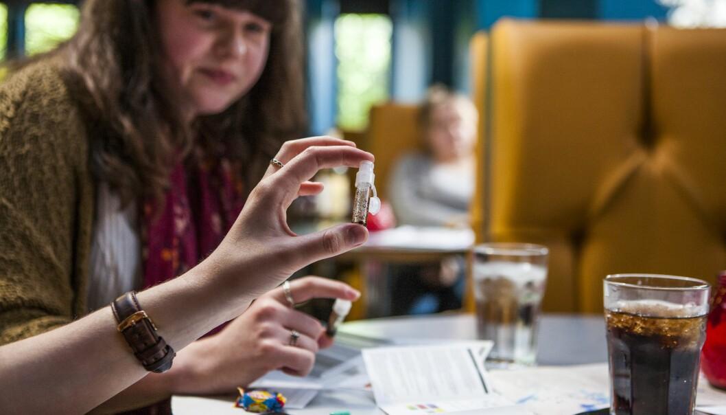 <strong>TESTER DOPET:</strong> Studenter Newcastle university tester renheten til narkotiske stoffer. Testutstyret ble distribuert av Students for Sensible Drug Policy (SSDP), og kan brukes på blant annet kokain, LSD, ketamin og ecstasy.