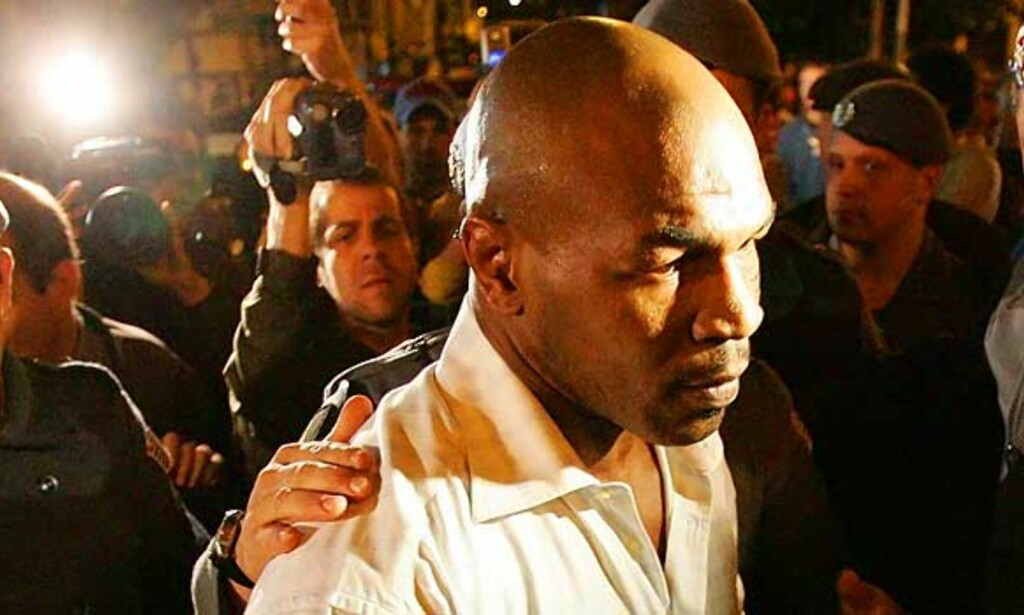 BRAKT INN TIL AVHØR: Mike Tyson føres inn på politistasjonen. Foto: REUTERS