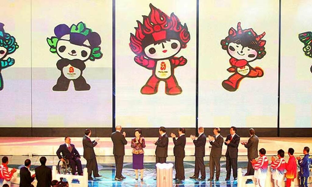 """DOBBELTBUNNER I FLENG: Symbolikken i de nye maskotene er massiv. Figurene, som har hver sin farge fra de olypiske ringene, forestiller henholdsvis en fisk, en panda, den olympiske flammen, en tibetansk antilope og en svale. De heter Bei Bei, Jing Jing, Huan Huan, Ying Ying og Ni Ni - som satt sammen blir """"Beijing ønsker deg velkommen"""" på kinesisk. Foto: REUTERS"""