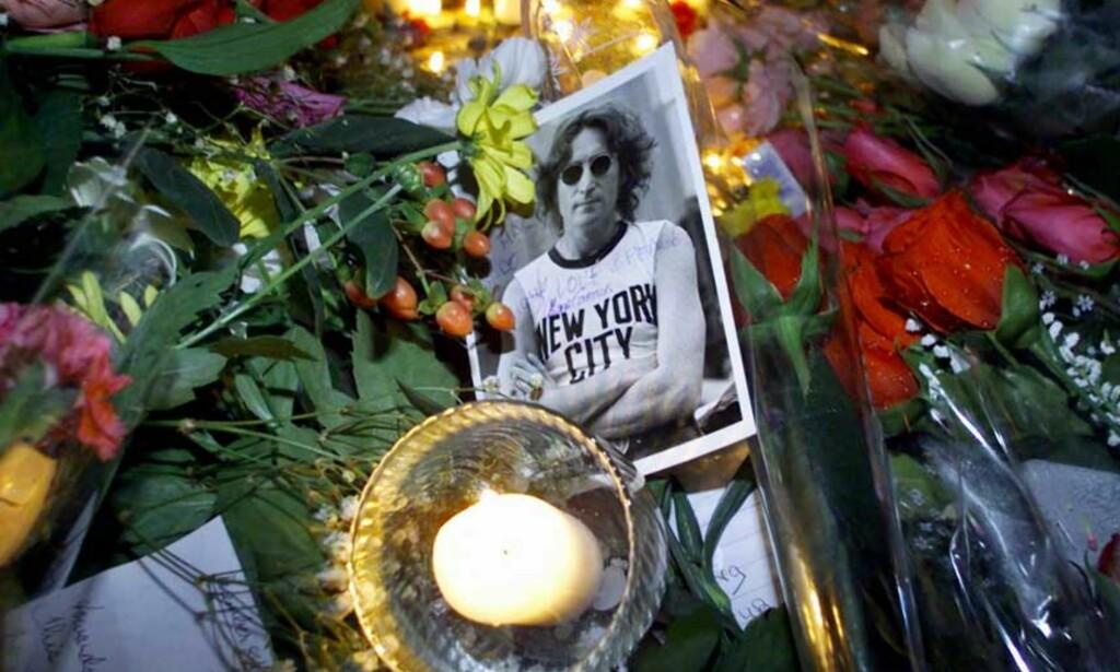 SØRGER FORTSATT: Et hav av blomster og bilder av John Lennon ble lagt utenfor hans tidligere hjem da 20-årsdagen for drapet ble markert i 2000. FOTO: SCANPIX/REUTERS