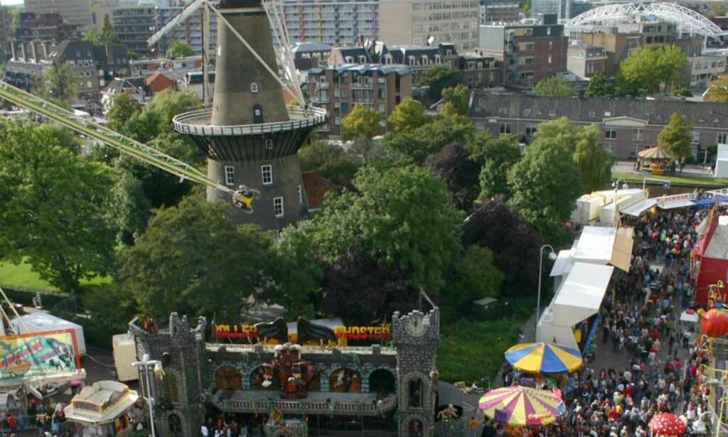 SUKKERSPINN: En brøkdel av tivoliet, plassert foran den gamle vindmøllen i sentrum.