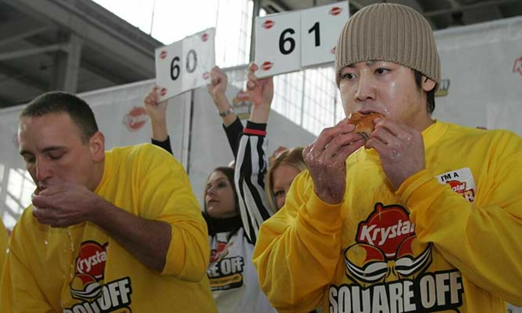 JEVNT: Joey Chestnut holdt ifølge nyhetsbyrået AP følge med Kobayashi i VM i hamburgerspising til det gjensto tjue sekunder. Da måtte han gi tapt, og endte på 62 burgere totalt. Kobayashi, derimot, trykket i seg noen til. Foto: AP