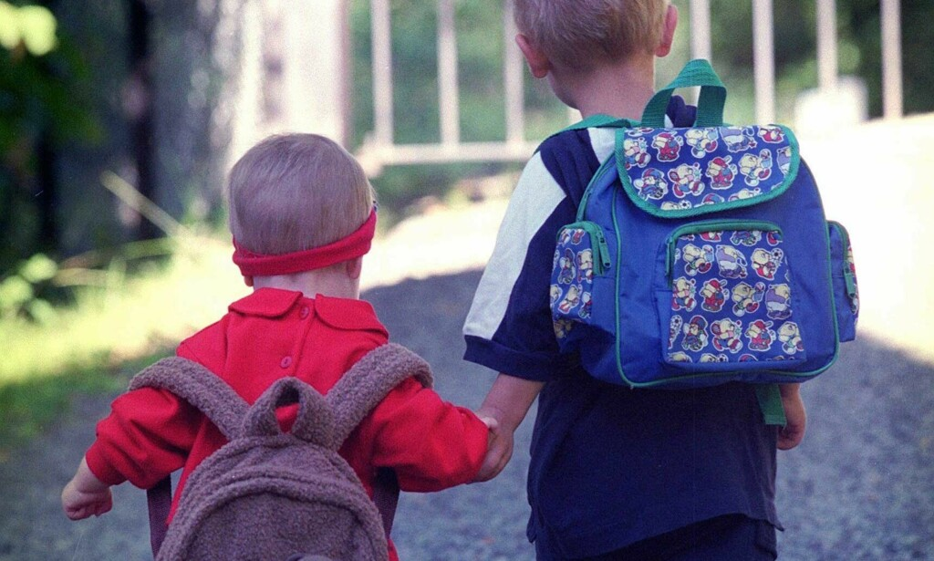 BURDE DE VÆRT HJEMME?  Liten gutt med enda mindre søster på vei til barnehagen. Illustrasjonsfoto: Tor Richardsen/Scanpix