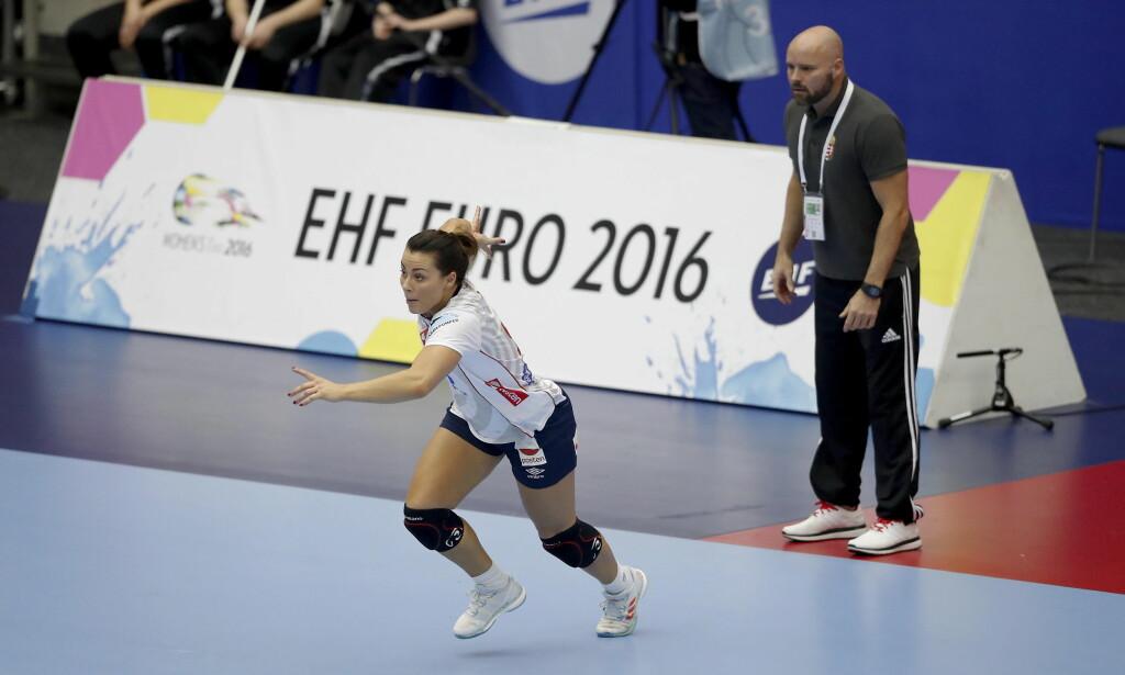 KOM INN: Nora Mørk satt mye på benken mot Ungarn, men kom inn og sikret seieren. Her med Ungarn-trener Kim Rasmussen som fortviler. Foto: Bjørn Langsem / DAGBLADET