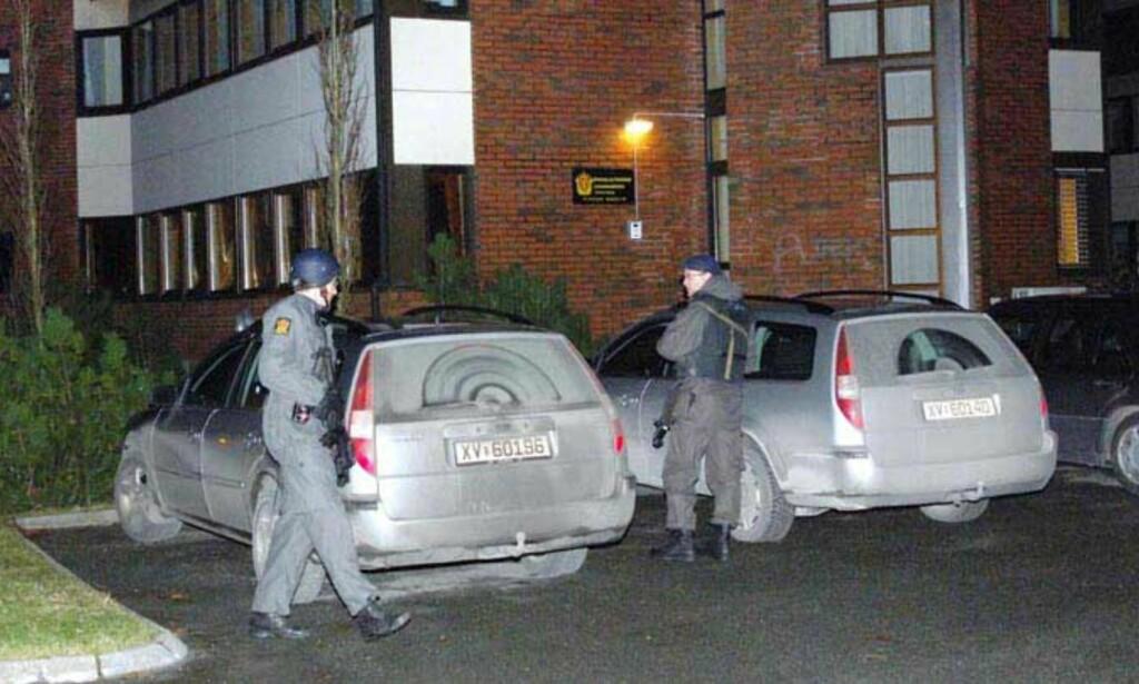 VAKTHOLD: Politiet holdt natt til søndag vakthold utenfor politikammeret i Brønnøysund. Foto: Roar Berg-Hansen
