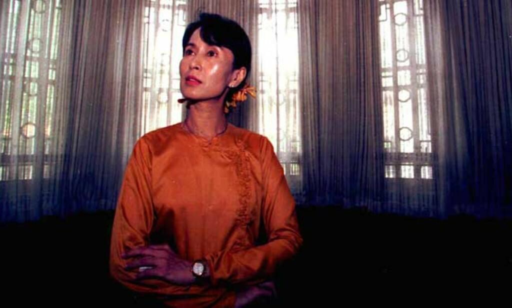 INNESTENGT: 60-årige Suu Kyi har tilbrakt 10 av de siste åra enten i fengsel eller husarrest. Da ektemannen døde i 1999 var det uten kona ved sin side.