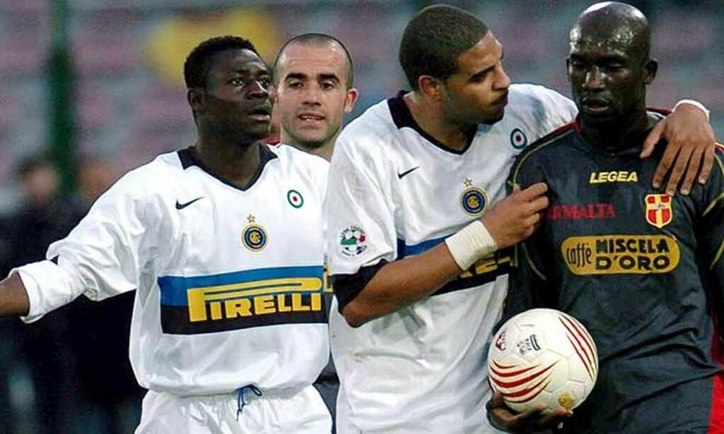 VILLE GÅ AV: Messinas forsvarer Marco Zoro fra Elfenbenskysten ble lei Inter-tilhengernes apelyder. Inter-spissene Adriano og Martins (t.v.) fikk overtalt ham til å bli på banen. Foto: EPA/Scanpix