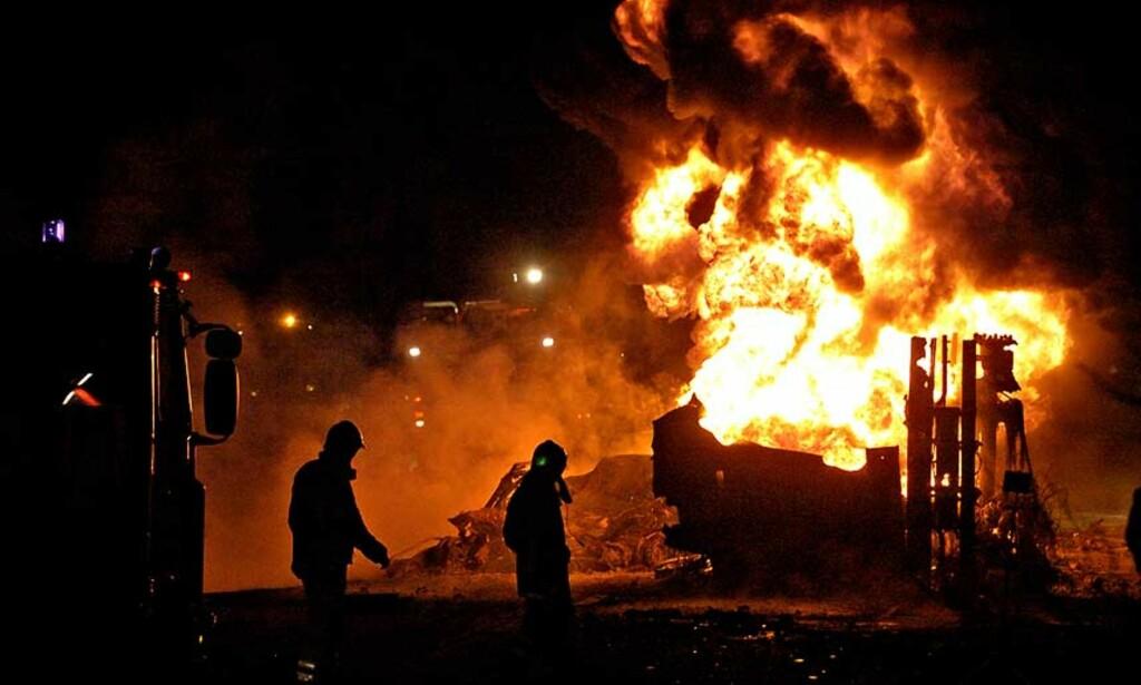 KJEMPEBRANN: Brannvesenet har nå slukket brannen. Lenge fryktet man at drivstoffet skulle ta fyr og tankbilen eksplodere. Alle foto: Truls Brekke/ Dagbladet