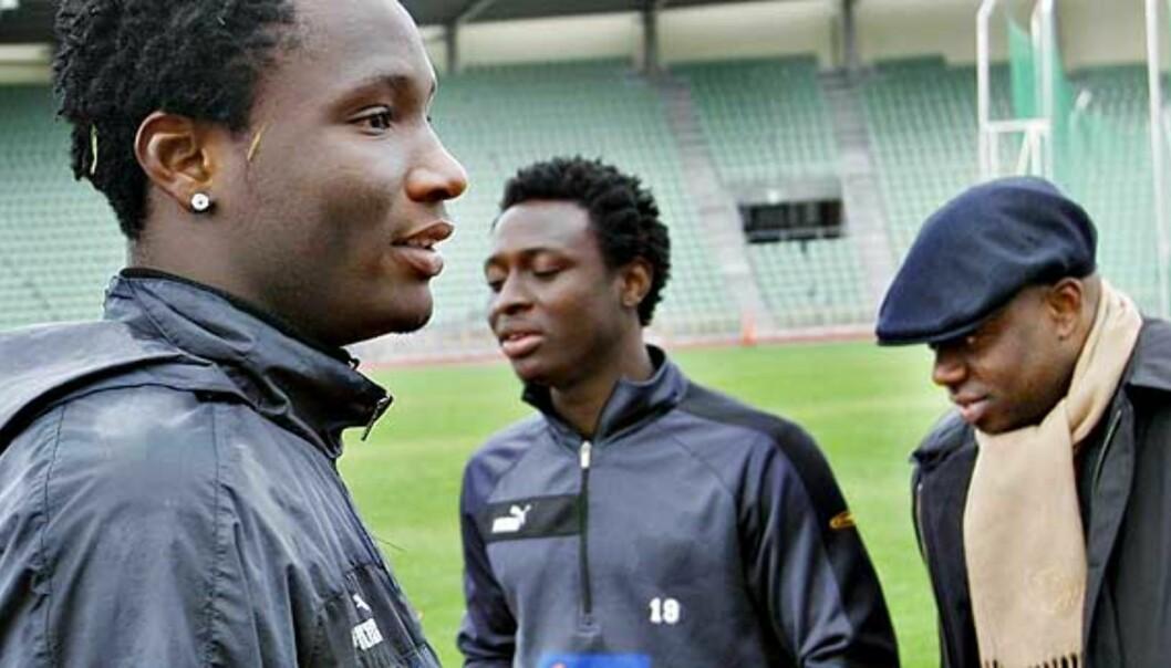 <b>I STORBRITANNIA:</b> Agent John Shittu (t.h) forteller at John Obi Mikel (t.v) nyter livet uten press, og at 18-åringen har bånd til Chelsea. Foto: SVEINUNG UDDU YSTAD