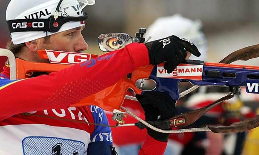 JAKTSTARTVINNER: Ole Einar Bjørndalen hadde vunnet alt hittil i sesongen. I dag ble bare Raphael Poiree for sterk for Bjørndalen. Foto: Scanpix