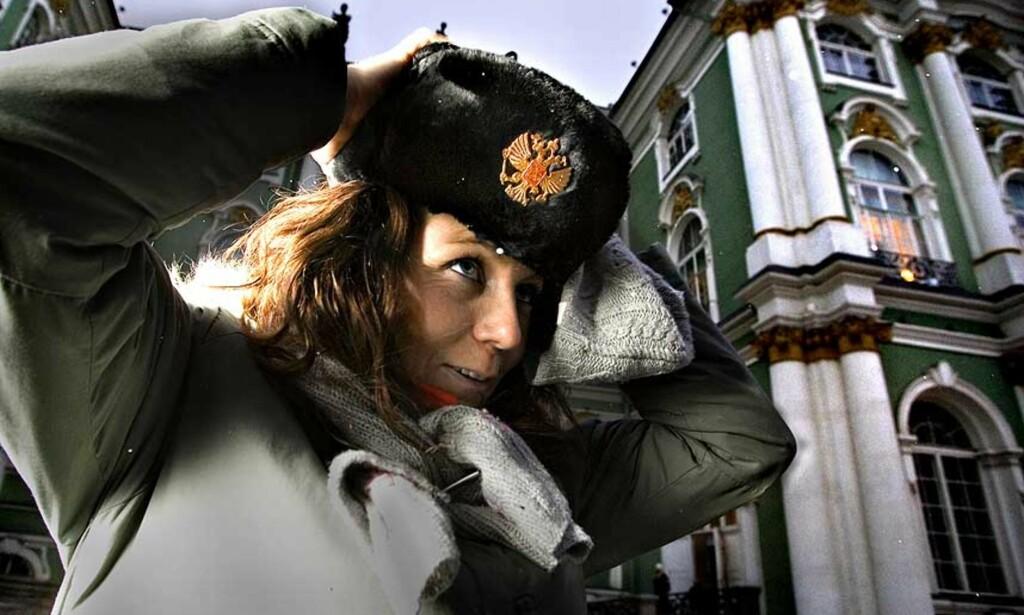 SJEF:  Landslagskaptein Elisabeth Hilmo kler seg opp med sjefseffekter utenfor Vinterpalasset i St. Petersburg. Men i kveld må flere enn hun opptre som sjefer.