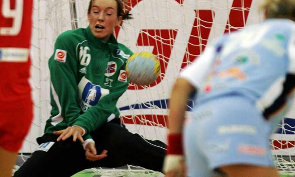 STENGTE BURET: Norges keeper Katrine Lunde storspilte med 22 redninger mot Slovenia i kveld. Foto: Scanpix