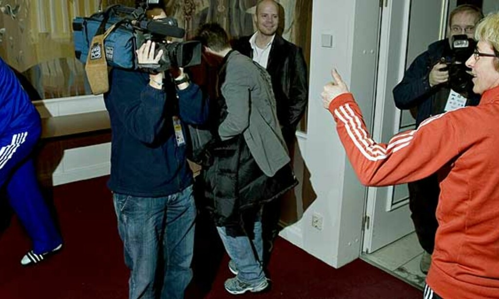 HØFLIGE: Russlands landslagssjef Trefilov bedriver litt enkel gymnastikk i påvente av at Marit Breivik skal gjøre seg ferdig på pressekonferansen. På vei ut gir hun ham en vennskapelig finger. Foto: Bjørn Langsem