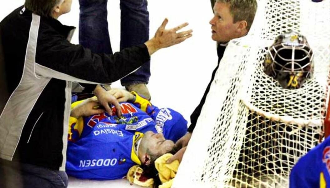 <b>DRAMATISK:</b> Storhamars Mikael Tjälldén lå nesten 20 minutter på isen etter en takling fra Vålerengas Aleksander Nervik. Foto: Arnt E. Folvik