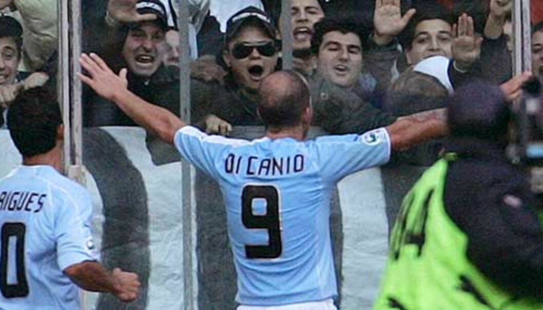 <b>DI CANIOS VENNER:</b> Paolo Di Canio sier han aldri vil slutte å gi fascisthilsener til Lazio-fansen. Foto: Scanpix/Ap