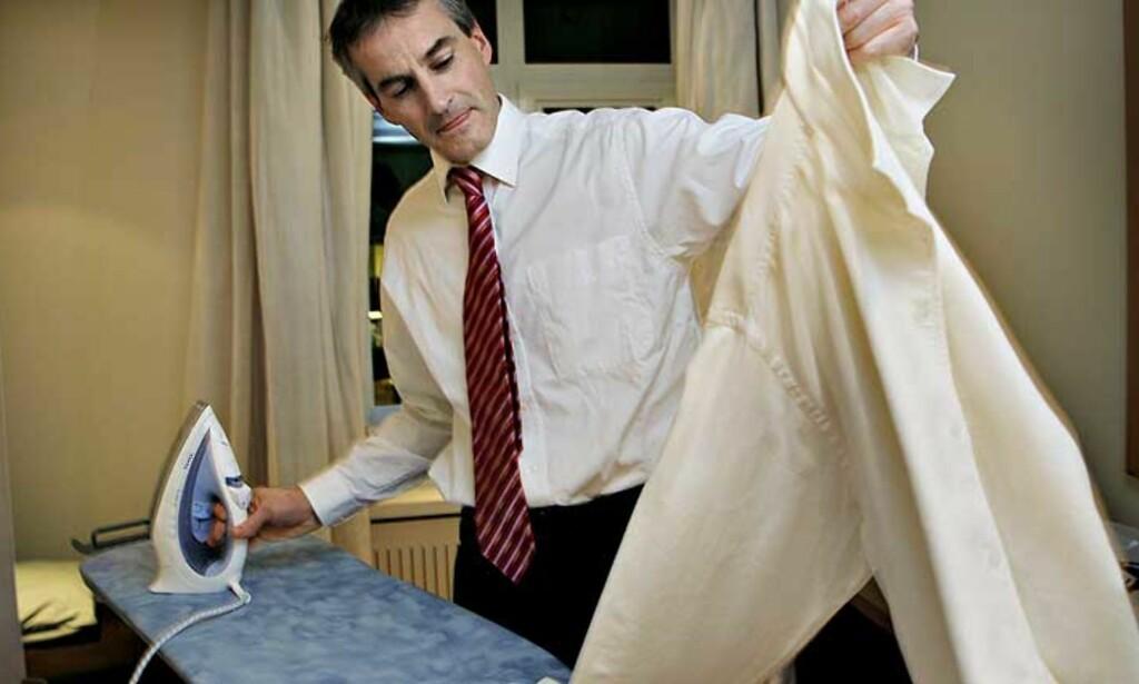STRYKELETT: Utenriksminister Jonas Gahr Støre på hvilerommet ved siden av kontoret.Der han stryker skjorta og buksa si før opptreden på Skavland i NRK Foto: Lars Eivind Bones