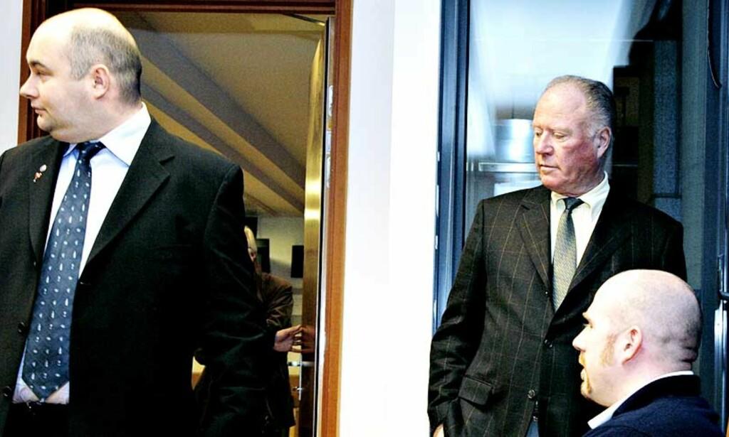 ISKALDT MØTE: Svein Lindin (t.v.) hilste ikke på sin tidligere arbeidsgiver, Nils Ekjord (stående) og sønnen Nicolay da rettssaken startet 21. november i år. Foto: Lars Eivind Bones/Dagbladet