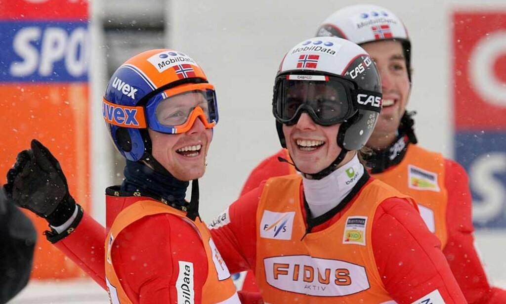 HOPPENDE GLADE: De norske kombinertløperne sto for en kjempeprestasjon i dag tidlig. Petter Tande (i midten) vant den omvendte kombinertkonkurransen, mens Kristian Hammer og Magnus Moan ble henholdsvis nummer fire og nummer tre. Foto: REUTERS/SCANPIX