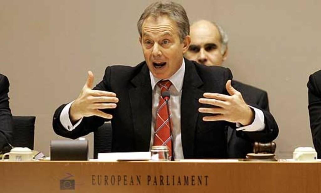 PRESSET:  Tony Blair gikk med på gi 10,5 milliarder til EU over sju år for å hjelpe de nye medlemslandene. For det fikk han mye kjeft fra Englands konservative fløy. Kommisjonspresident Jose Manuel Barroso til venstre og parlamentspresident Josepp Borrell til høyre. Foto: Yves Logghe/Scanpix