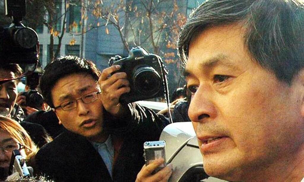 GÅR AV I SKAM: Hwang Woo-suk på vei ut fra universitetet i Seoul i dag. Foto: Scanpix