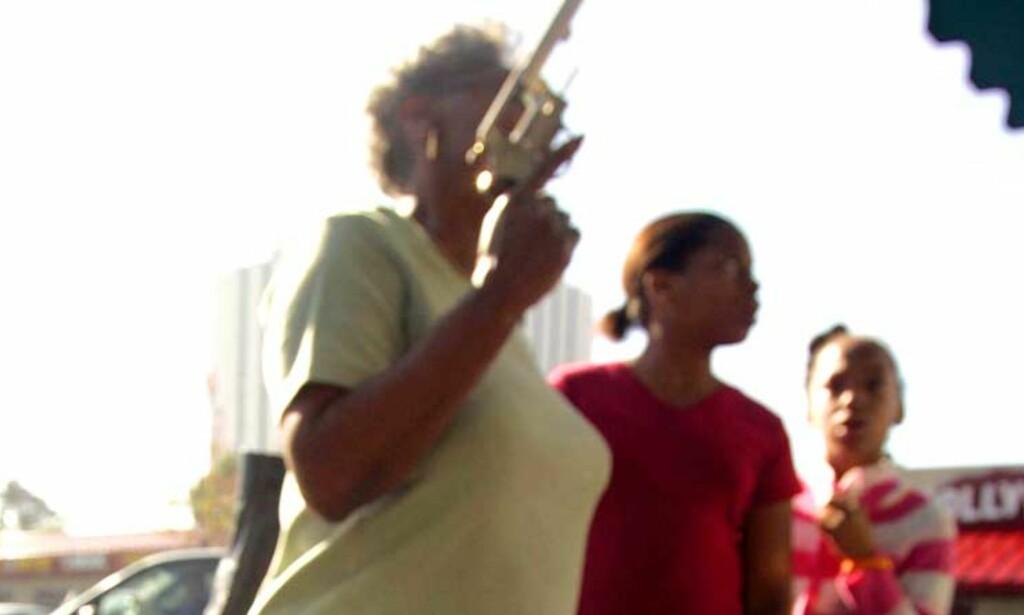 EN GOD BYTTEHANDEL: Politiet i Compton tar nye grep etter at nesten 30 flere er blitt drept i år sammenliknet med i 2004. I går kunne våpen byttes anonymt mot gavekort. Foto: Scanpix