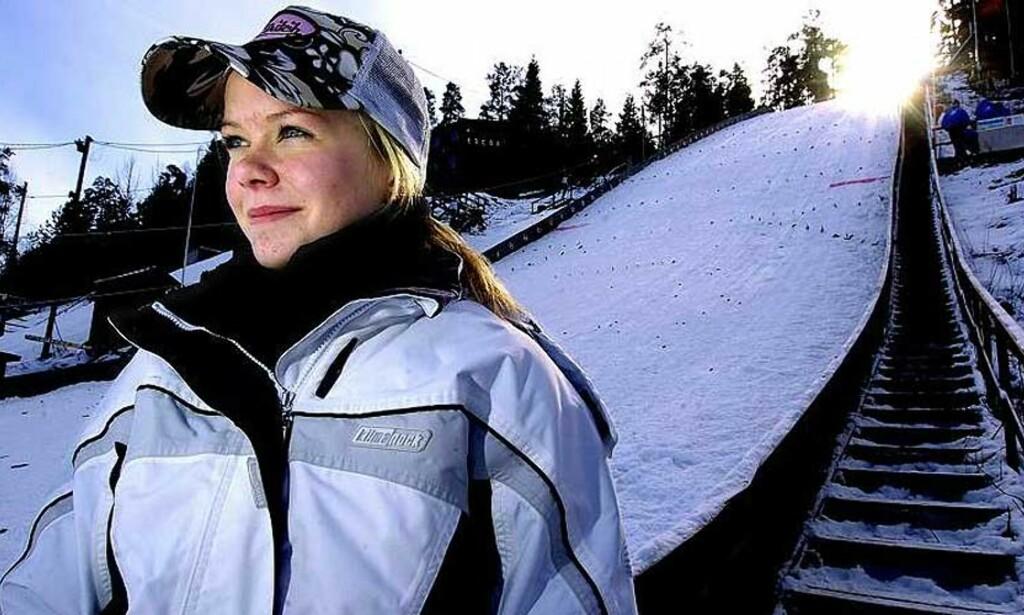 STYGT FALL:  Skihopperen Stine Småkasin - her fotografert i Hasselbakken i Skien - falt stygt i Tveitanbakken på Notodden i går. -  Vi utførte førstehjelp på henne fram til ambulansen kom, og la henne i stabilt sideleie så hun fikk pustet skikkelig, sier bestefaren til Dagbladet. Foto: Fredrik Pedersen/Varden