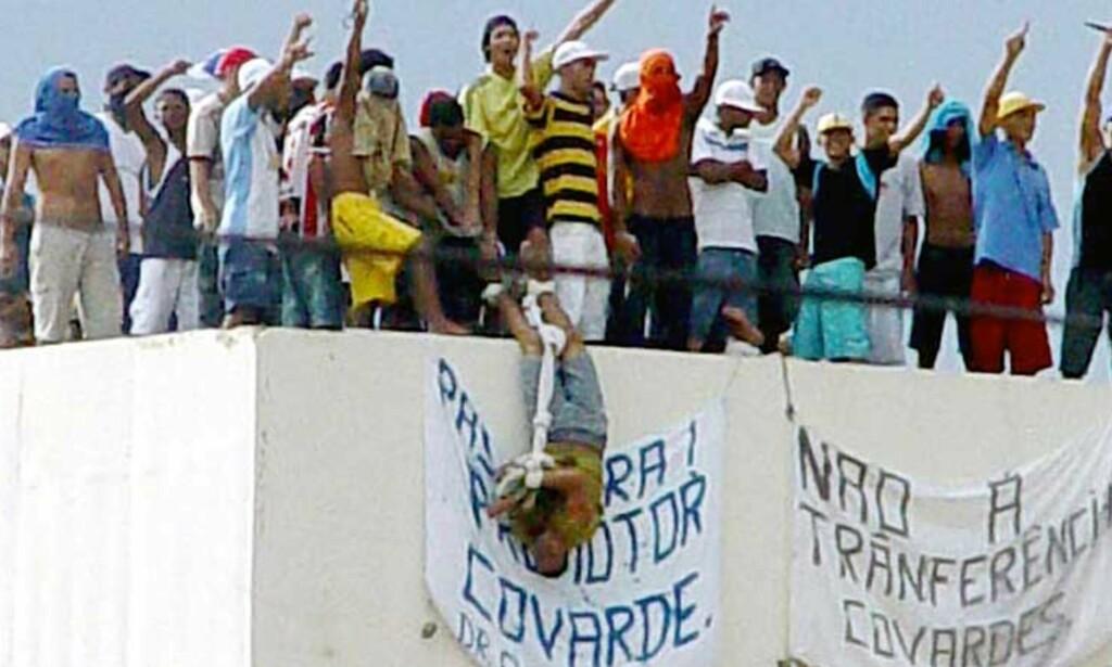 OPPRØRTE FANGER: Fangene ved Urso Branco-fengselet i Rondonia viser frem et gissel. Over 200 gisler har blitt holdt fanget her siden 2. juledag.