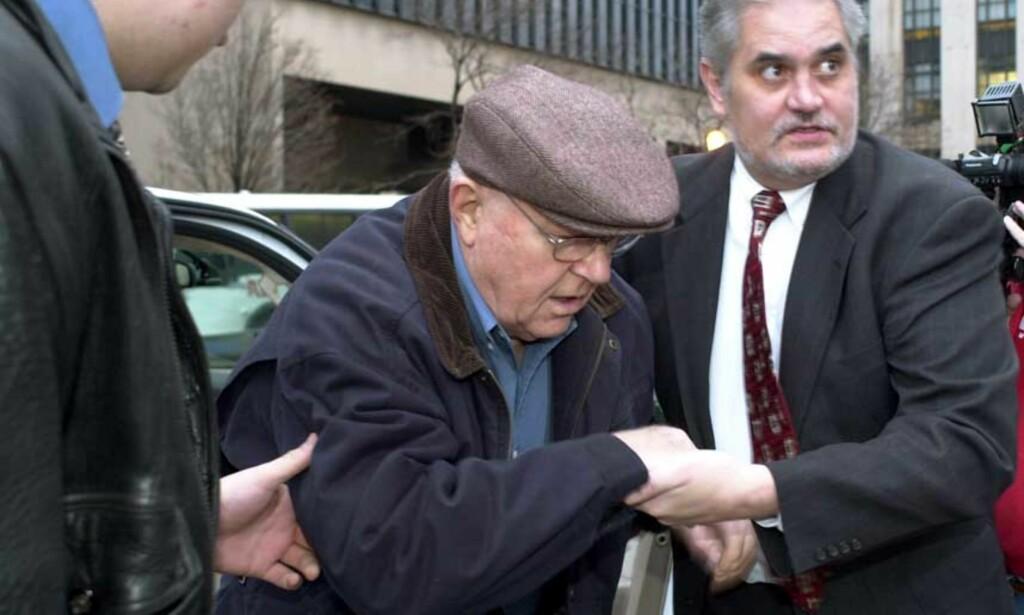 PÅ VEI TIL RETTSSALEN: John Demjanjuk hjelpes ut av bilen på vei til en rettssal i Cleveland 29. november i år. Foto: Scanpix