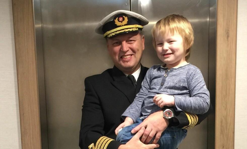 MED SØNNEN: Kaptein på MS Spitsbergen kjørte skipet hjem og plukket opp familien. Her sammen med sønnen Solan. Foto: Constanze Lahr / Hurtigruten