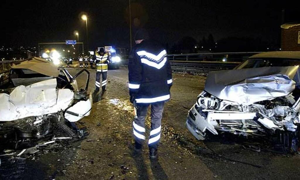 FEIL KJØREBANE En 72 år gammel mann mistet livet i ettermiddag da personbilen han kjørte ble truffet i fronten av en bil i feil kjørebane på Sandesundbrua i Sarpsborg ved 17-tiden. De tre personene i de to ulykkesbilene er alvrolig skadd. FOTO: John Terje Pedersen